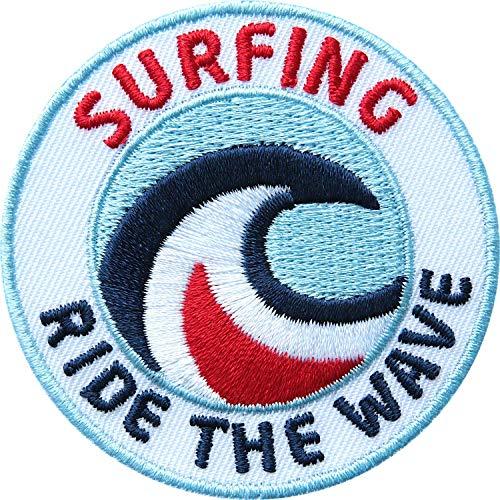 2 x Surfing Abzeichen gestickt 60 mm / Wellen-Reiten Surfen Welle Wave Board Surfbrett Surfboard Kitesurfen Wassersport / Aufnäher Aufbügler Sticker Patch Logo / Beach Hawai Meer Zubehör Ausrüstung