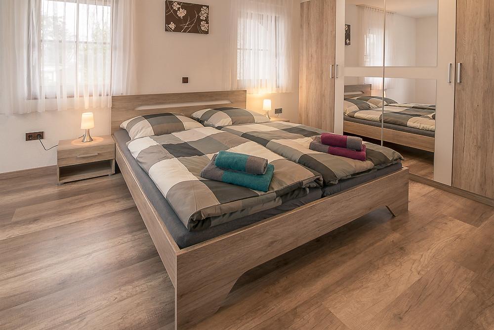 Schlafzimmer mit Doppelbett Ferienwohnung Urlaub günstig mieten buchen Fewo direkt