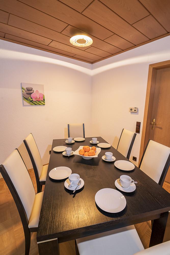 Essbereich im Wohnzimmer Urlaub Ferienwohnung günstig mieten buchen